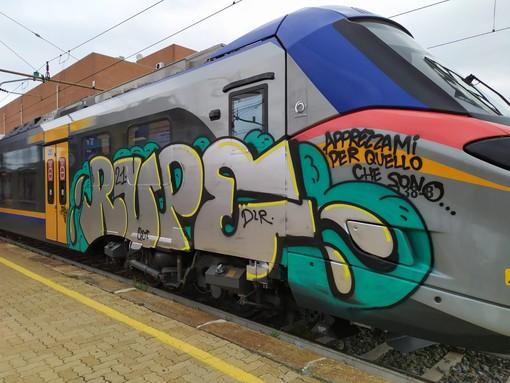 Treni imbrattati a Rivarolo: giovedì vertice sulla sicurezza tra gli enti interessati