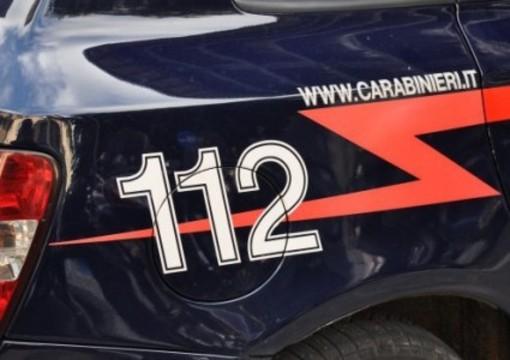 Rubano la borsa da un'auto mentre la proprietaria è in chiesa a pregare: arrestati dai carabinieri