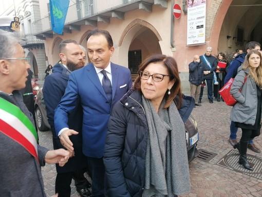 Il governatore Cirio accoglie il ministro De Micheli al suo arrivo ad Alba, lo scorso 9 dicembre
