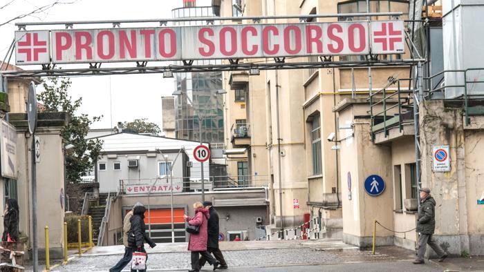 Si spara una freccia nel collo: intervento miracoloso al Molinette di Torino