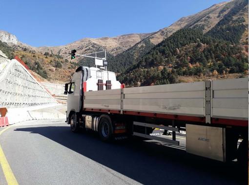 Un mezzo di trasporto percorre la strada di un colle di montagna