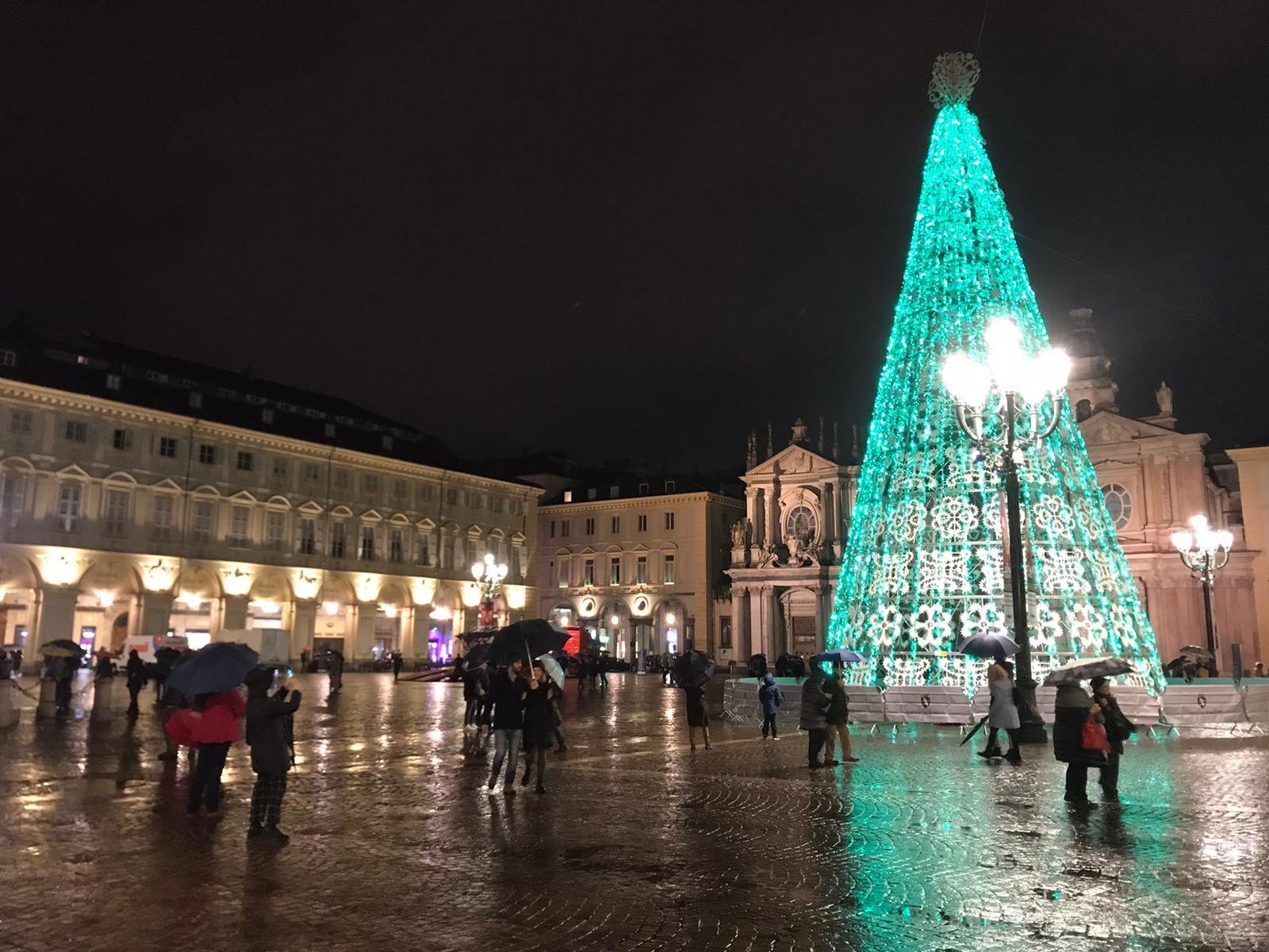 Albero Di Natale A Torino.Si Accende L Albero Di Piazza San Carlo A Torino Si Respira La Magia Del Natale Foto E Video Torino Oggi
