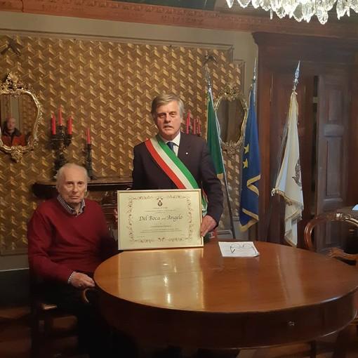 Angelo Del Boca col sindaco di Crodo Ermanno Savoia
