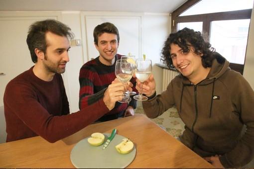 """Tre giovani - Livio, Nicolò ed Elia - producono lo spumante di mele """"Arvirà"""" col metodo classico"""