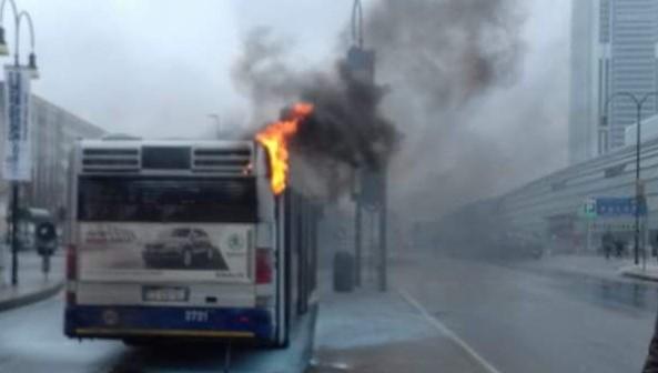 Autobus in fiamme davanti a porta susa salvi autista e - Autobus prima porta ...