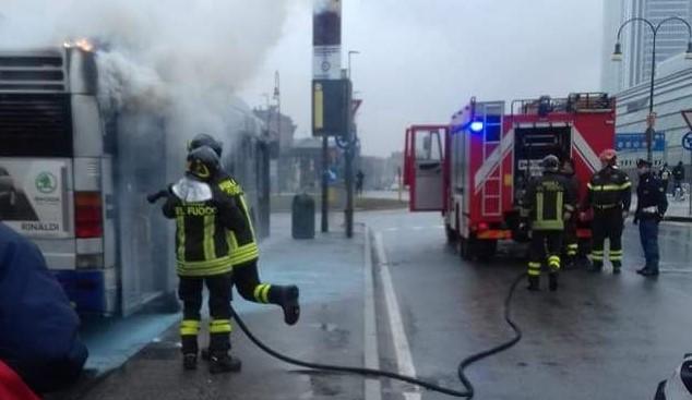 Bus del Gtt in fiamme a Porta Susa: tutti salvi i passeggeri