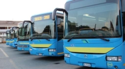 Un autobus con 25 studenti a bordo esce di strada e finisce in un fosso: tutti illesi