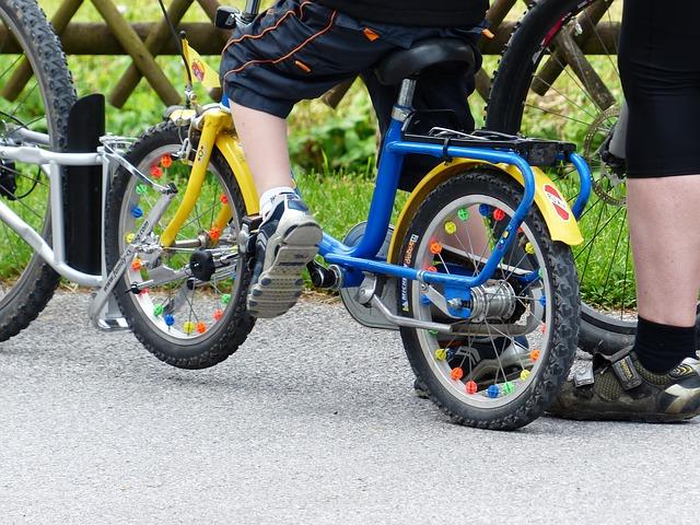 Bimbi in bicicletta, il casco obbligatorio sarà per gli under 12
