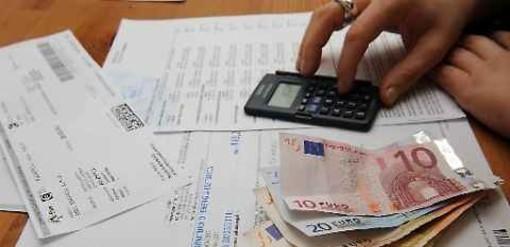 Consumi, i torinesi pagano più di 2.000 euro all'anno tra bollette, internet e assicurazione dell'auto