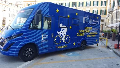 Il camper blu dell'Unione Europea al Giro d'Italia (VIDEO)