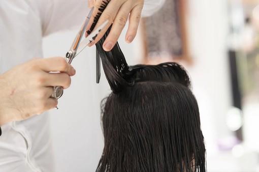 A San Donato parrucchiera al lavoro nonostante i divieti: multa e 4 giorni di stop