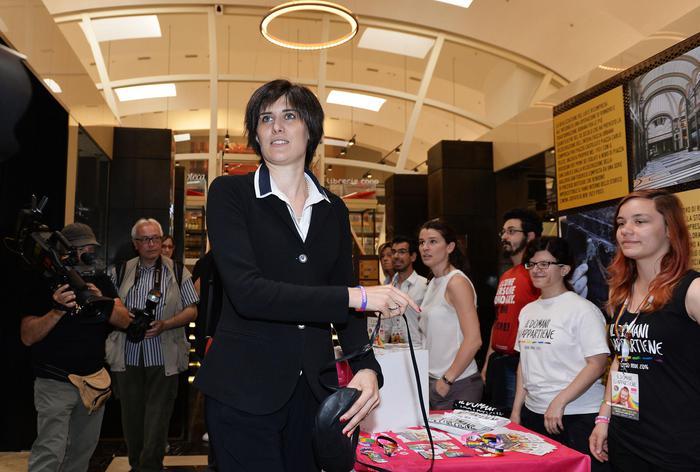 Torino, Appendino con il tricolore alla festa di San Giovanni