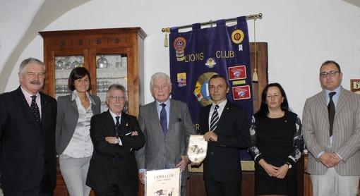 Un'immagine del 2013: Gabetti (al centro nella foto) racconta le proprie origini doglianesi ai soci del locale Lions Club