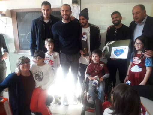 Sorpresa ad Alba: alla scuola elementare di Alessandra sono arrivati i campioni del Torino