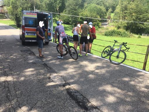 Perde il controllo della bici e va a sbattere contro guardrail: pensionato in ospedale