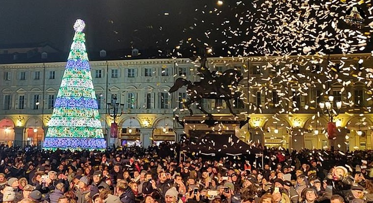 Albero Di Natale Yahoo.Acceso L Albero Di Piazza San Carlo Al Via Torino Natale Magico
