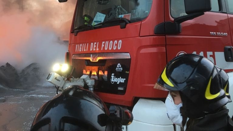 Torino, fiamme in una fabbrica di imballaggi plastici