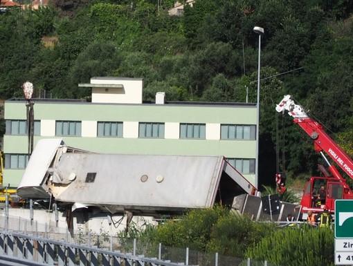 Camion che trasportava cavalli si ribalta in autostrada: 4 animali deceduti, 1 ferito e 1 in buone condizioni