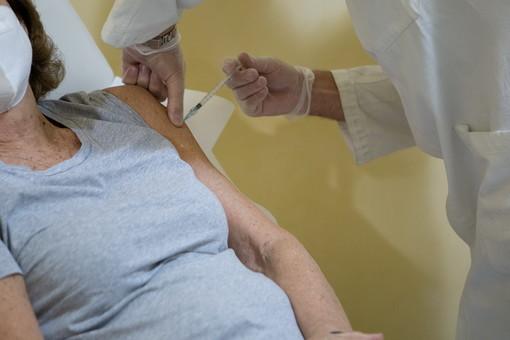 Medico No Vax nella bufera: firmava esenzioni dal vaccino anti-Covid per i pazienti senza permesso. Arrivano i Nas e la diffida dell'Asl
