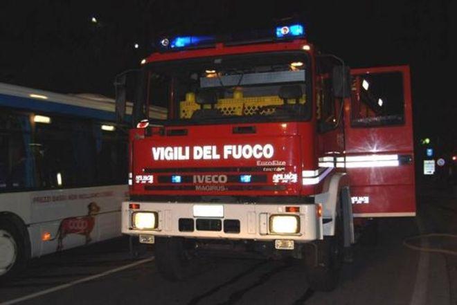 Capannone rifiuti incendiato Pianezza, Vigili del Fuoco ancora sul posto