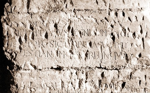L'Arcangelo Michele vola dalla Puglia a Torino: calchi longobardi in mostra al Museo di Antichità