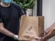 In foto un momento della consegna del servizio di delivery