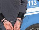 Ruba portafogli a una ragazza in un pub e si spaccia per poliziotto: arrestato