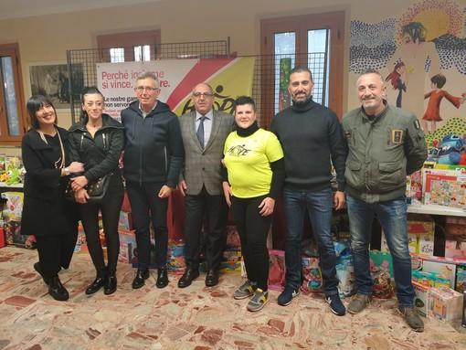 Il sindaco Claudio Castello ed il consigliere regionale Gianluca Gavazza con i promotori della raccolta