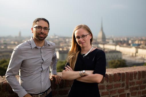 due persone sorridenti con vista su Torino