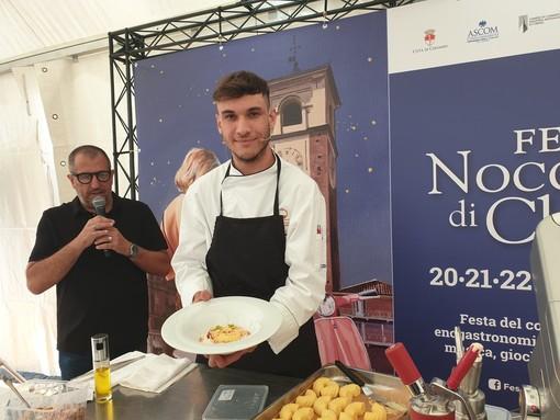 Il giovanissimo Luca Gamba con il suo dolce ai nocciolini