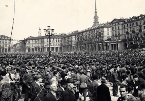 """18 Aprile 1945: a Torino cominciò la Liberazione Operai, artigiani, insegnanti ed impiegati scesero in piazza """"contro la fame e il terrore"""""""