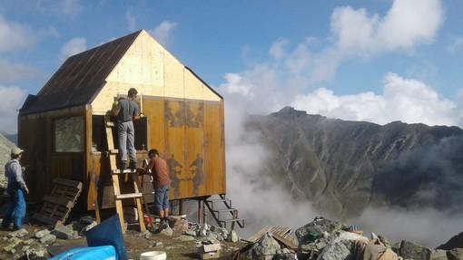 Lavori al bivacco Salvasera in Alta Val Pellice