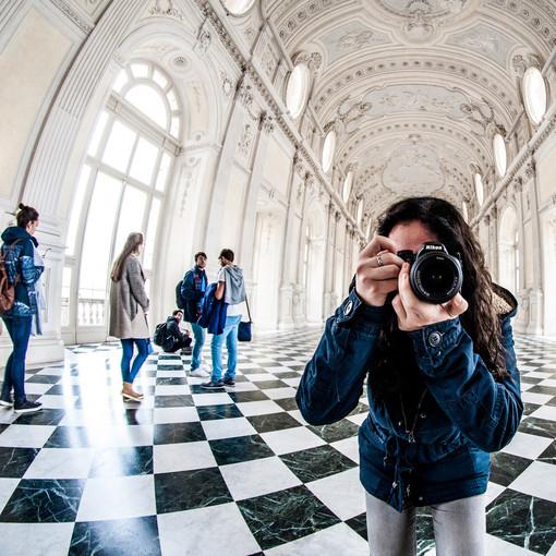 Fotografa nella galleria di Diana a Venaria