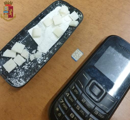 Batteria del cellulare con droga nascosta all'interno