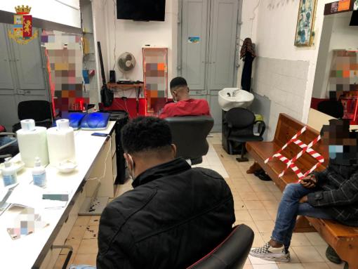 Torino, otto in attesa del parrucchiere: locale chiuso per 5 giorni