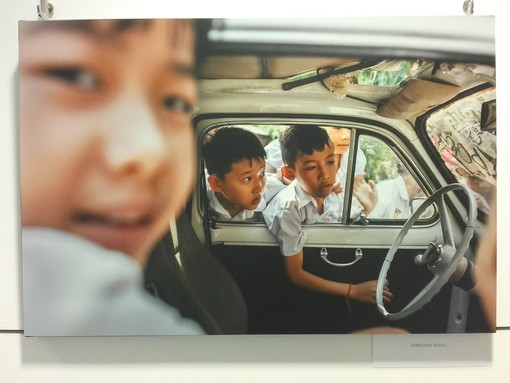 """""""From the Window"""" la storia di un viaggio da Torino a Tokyo sopra una FIAT 500"""
