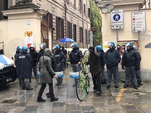 """Sgomberata la Cavallerizza Reale, protesta dei riders: """"Alle 17 a Palazzo Nuovo con le bici"""""""