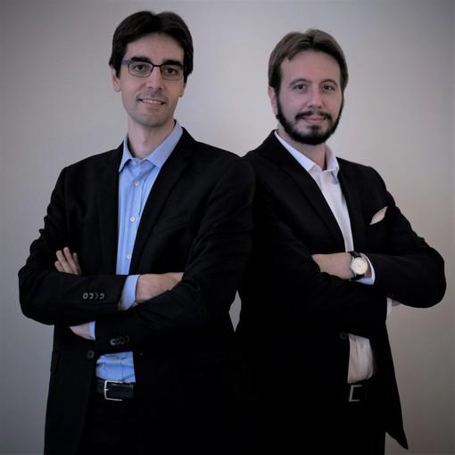 due persone in giacca e cravatta insieme
