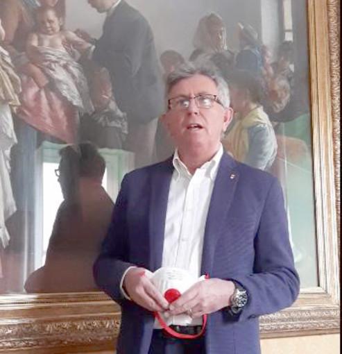 Il sindaco Claudio Castello annuncia l'arrivo delle mascherine della Regione Piemonte