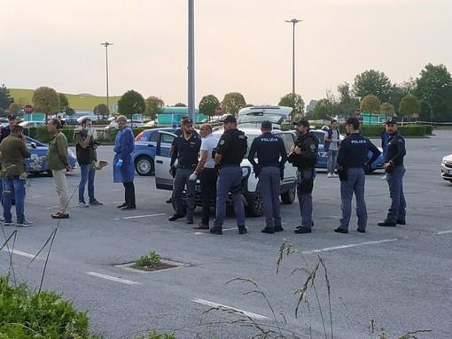 Cuneo: militare spara alla compagna nel parcheggio dell'Auchan e poi si denuncia alla polizia (VIDEO)