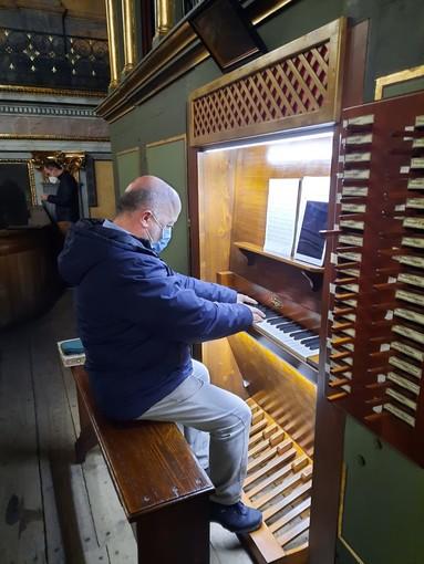 Mauro Marconetto suona l'organo della chiesa parrocchiale di Cavour per il concerto di Natale 2020 di Organicamente