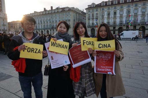 """""""Sì alla solidarietà, no al razzismo. Forza Cina, Forza Wuhan!"""": pensieri dei partecipanti di oggi al Flash Mob in Piazza Castello organizzato dall'istituto Confucio [VIDEO]"""