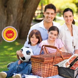 Una borsa termica targata 'Crudo di Cuneo DOP' per i picnic dell'estate della ripartenza