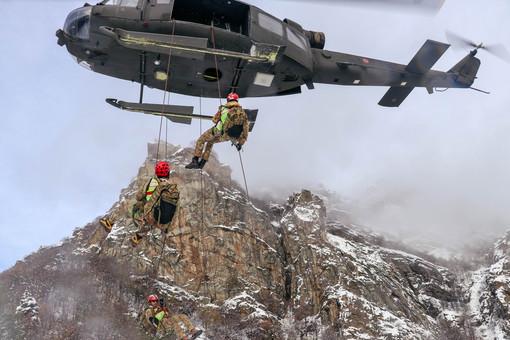 """Esercitazione """"Altius Two"""": alpini, finanzieri e specialisti del Soccorso Alpino si addestrano sulla Rocca Sbarua"""