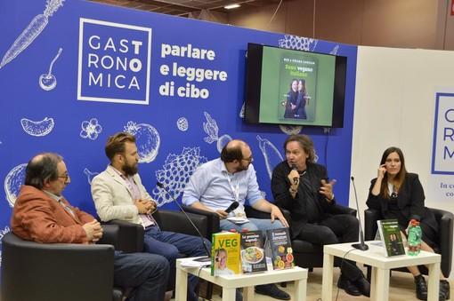 Da Ippocrate a Papa Francesco: la filosofia vegana illustrata da Red e Chiara Canzian al Salone del Libro (FOTO)