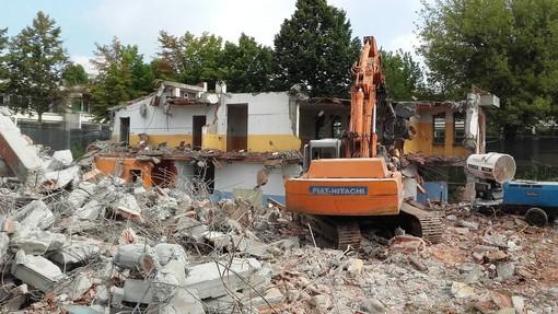 Scuola Luxembourg di Grugliasco: al via i lavori di demolizione del vecchio istituto