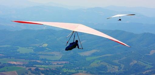 Deltaplani e parapendio tornano a colorare i cieli del Torinese e del Perugino