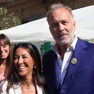 Paolo Damilano con Licia Ronzulli, in piazza Santa Rita