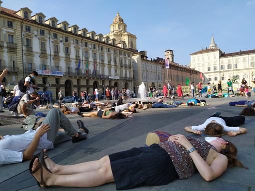 """Extinction Rebellion conquista Piazza Castello e rilancia l'appello ai media: """"Dite la verità sulla crisi climatica"""""""