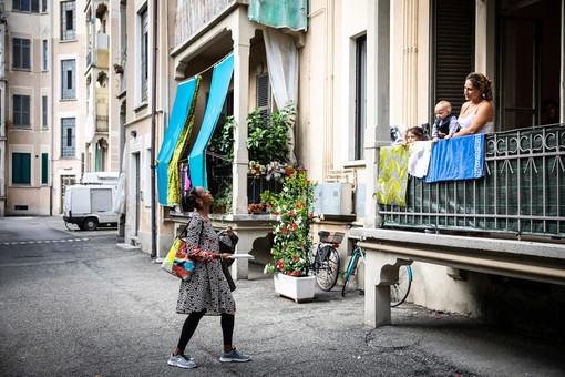 """Se il soprano Fé Avouglan canta """"O sole mio"""" agli abitanti di via Arquata: così la musica entra nelle case popolari"""